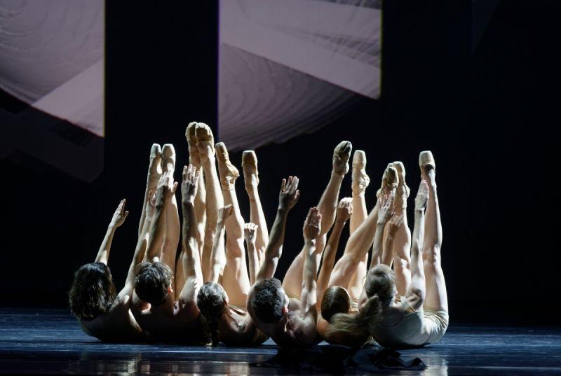 """Scena iš šokio kompozicijos """"NEjuoda"""". Martyno Aleksos nuotrauka"""