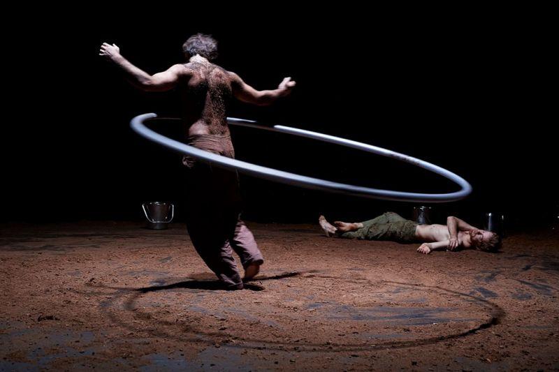 """Scena iš naujojo cirko spektkalio """"Šventasis medis"""". Christophe Raynaud de Lage nuotrauka"""