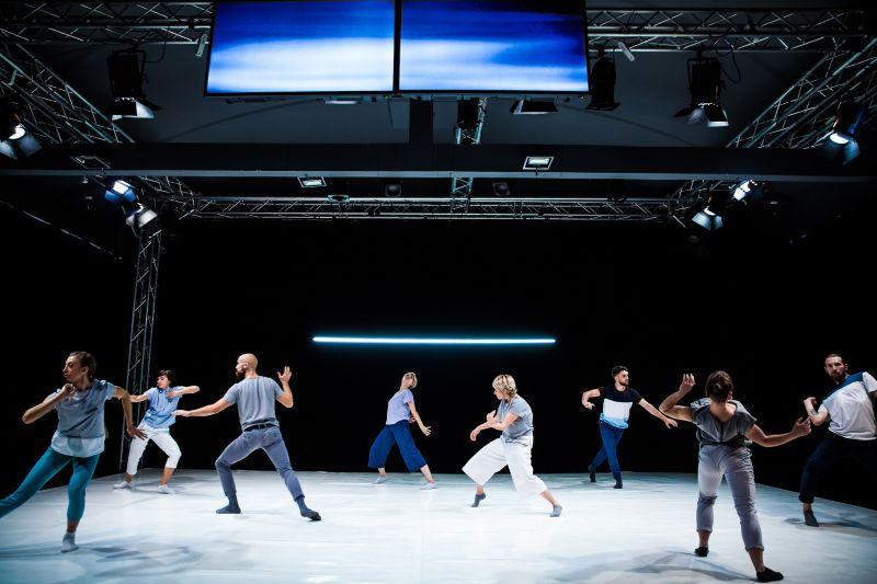 """Scena iš rumunų trupės """"Tangaj Dance"""" šokio, instaliacijos ir muzikos spektaklio """"Priešingas kūnas"""". Alinos Usurelu nuotrauka"""