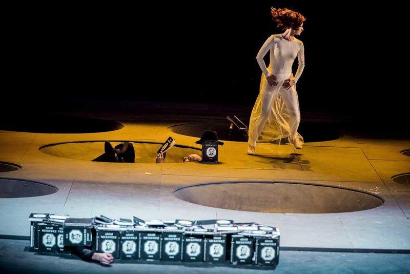 """Scena iš spektaklio """"Vėlinės"""". Varšuvos nacionalinio teatro archyvo nuotrauka"""